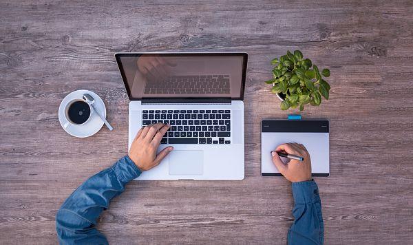 Persona realizando un diseño gráfico con ordenador en oficina